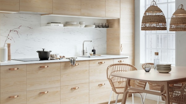 Kuchnia z jasnymi, drewnianymi frontami z serii ASKERSUND.