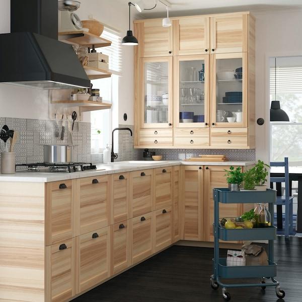 Kuchnia z okem i szafkami kuchennymi z drewnianymi frontami TORHAMN.