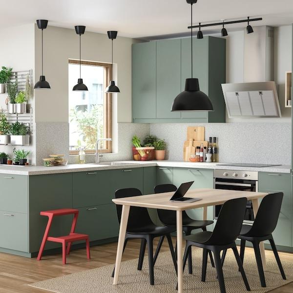 Kuchnia z zilonymi frontami BODARP i czarnym oświetleniem z serii SKURUP.