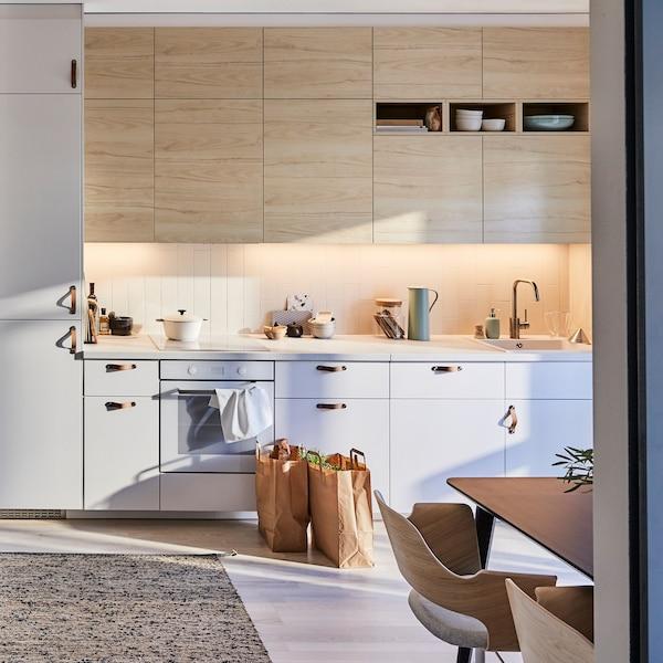Kuchyňa IKEA METOD s dvierkami ASKERSUND zo vzorom svetlého jaseňového dreva sa hodia k hladko tkanému kobercu MELHOLT z juty a vlny pre pokojný vzhľad kuchyne.