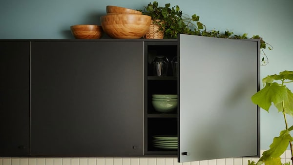 Kuchyňa s čiernymi dvierkami IKEA KUNGSBACKA z recyklovaného dreva a recyklovaných PET fliaš..