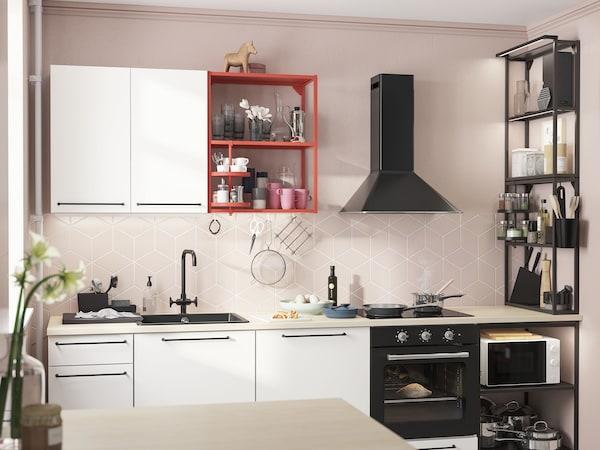 Kuchyně ENHET s červenými a černými policemi a bílými dveřmi.