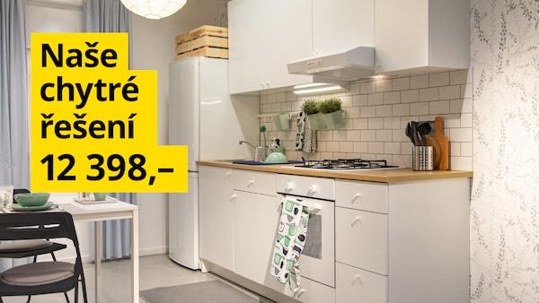Kuchyně v bíle barvě se stolem a židlemi za 12 398 Kč.
