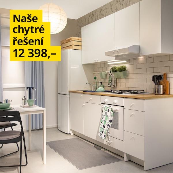 Kuchyňská sestava Knoxhult v bílé barvě se spoustou úložného prostoru a spotřebičů.