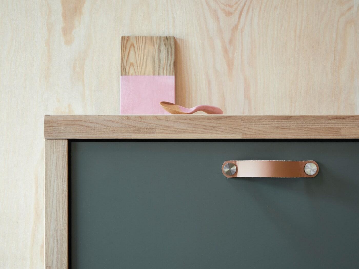 Kuchyňská zásuvka s čelem BODARP v matné šedo-zelené barvě pro moderní vzhled