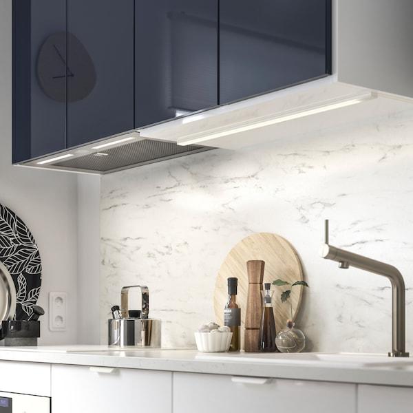 Kuchynský odsávač IKEA UNDERVERK zabudovaný pod kuchynskými skrinkami. Má halogénové žiarovky, ktoré osvetľujú pracovnú plochu pod ním.