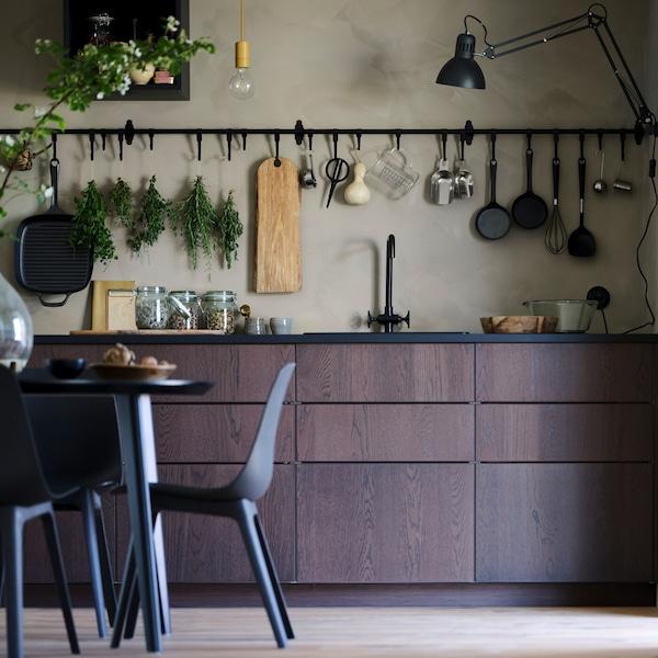 Küchentipps zur Maximierung von offener und geschlossener Aufbewahrung.