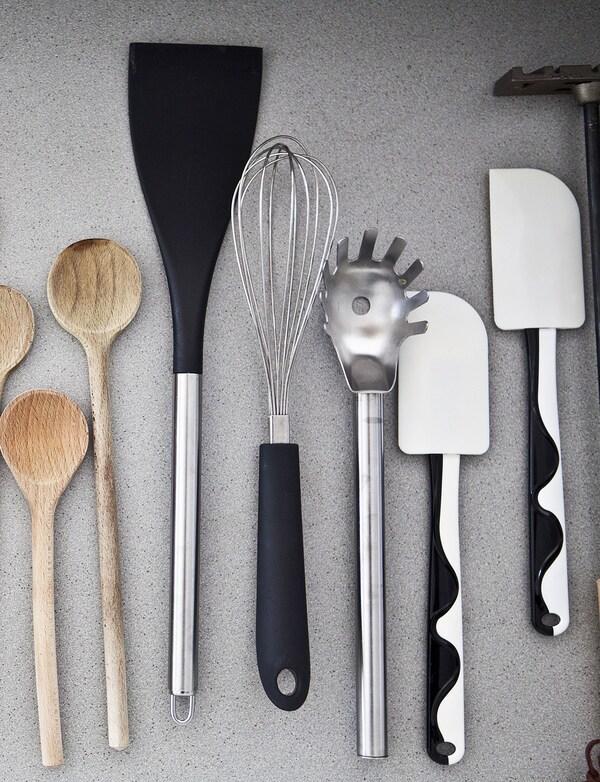 Küchenutensilien wie GUBBRÖRA Teigschaber, Holzkochlöffel, Schneebesen & Pfannenwender