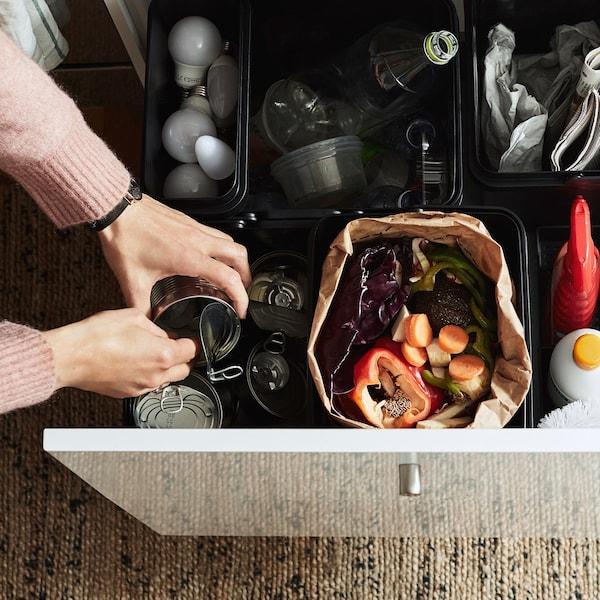 Кухонна шухляда з VARIERA ВАРЬЄРА контейнерами всередині, наповненими акуратно відсортованими побутовими відходами.