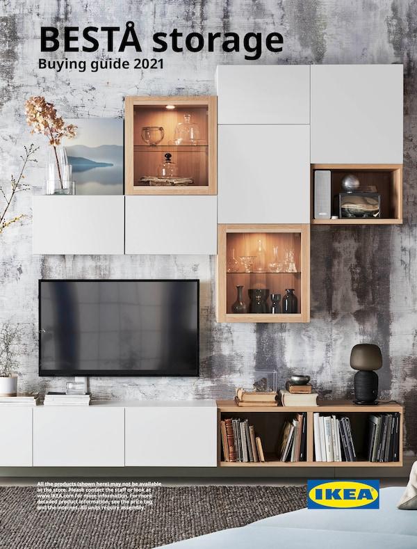 Kulit panduan membeli Storan BESTÅ IKEA menunjukkan dinding yang mempunyai TV, para, storan tertutup dan kabinet yang mempamerkan vas.