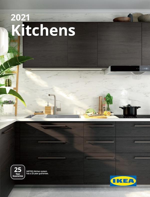 Kulit risalah Dapur IKEA menunjukkan ruang untuk memasak yang mempunyai alat pemanas, ketuhar, ketuhar gelombang mikro dan hud penyari.
