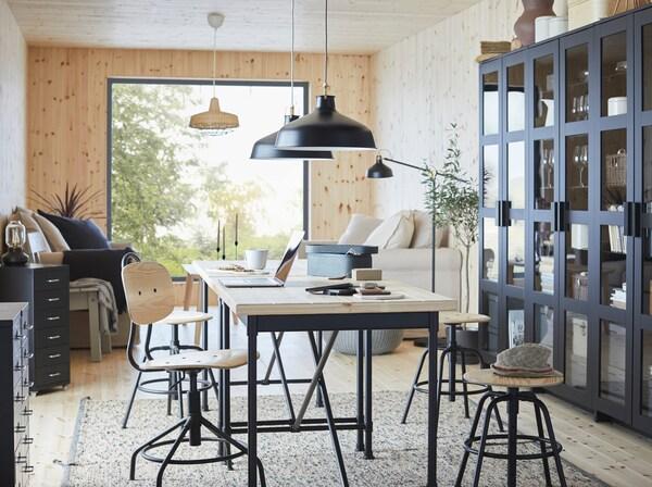 KULLABERG مكتب عمل من ايكيا من خشب الصنوبر مع سطح عمل سميك السطح في منطقة تناول طعام على الطراز الصناعي.