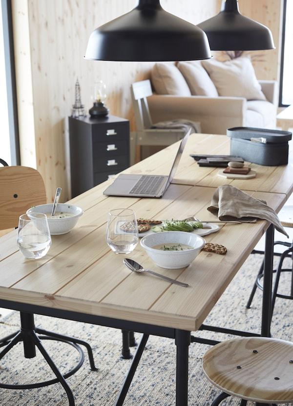 KULLABERG طقم طاولة من خشب الصنوبر الفاتح للطعام.