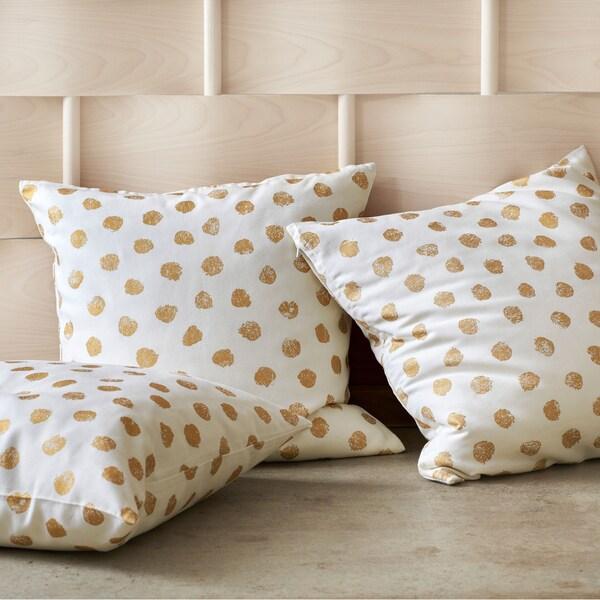 Kultaisilla palloilla koristeltu SKÄGGÖRT-tyynynpäällinen tuo kotiin hiukan kimallusta.  Se on valmistettu 100 % puuvillasta, joka on peräisin kestävämmistä lähteistä.
