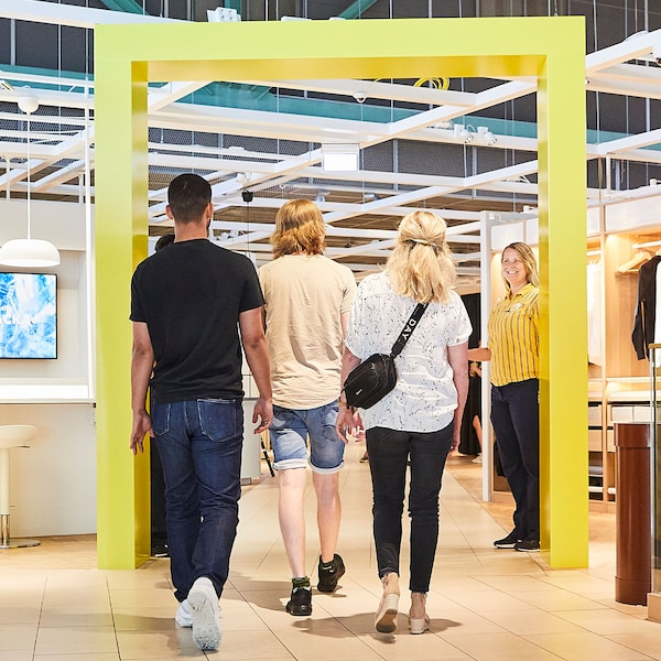 Kunder välkomnas av IKEA medarbetare på väg in i en planeringsstudio.
