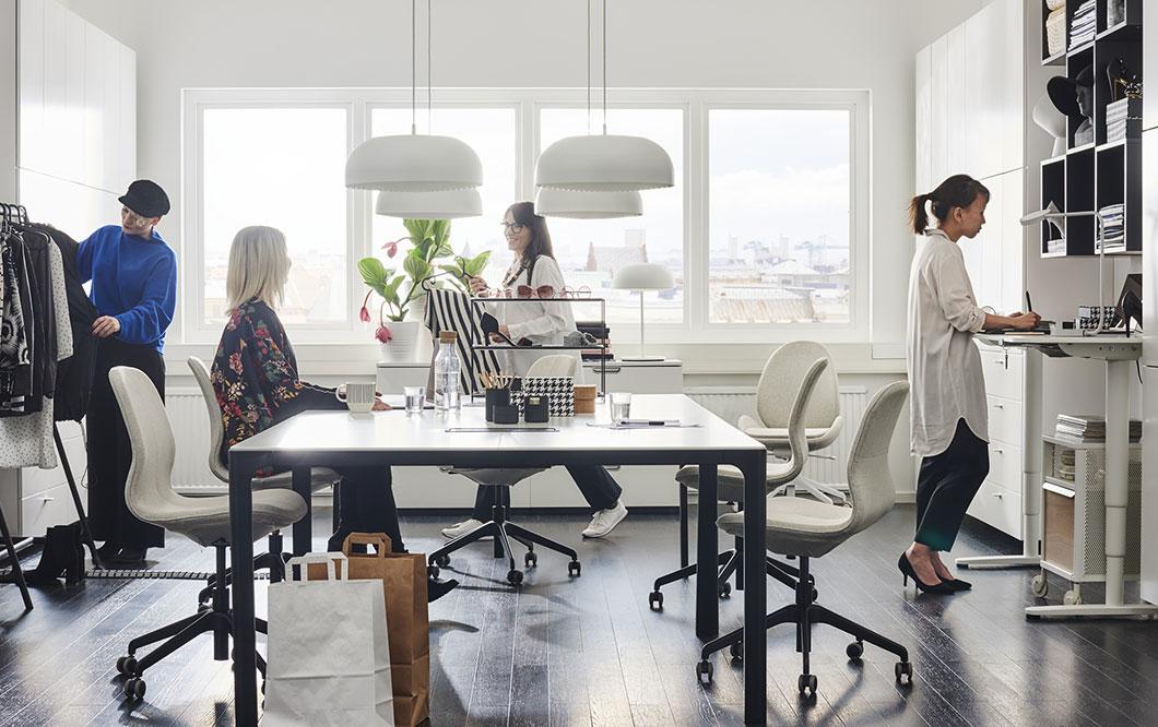 Kunnon kokoinen työpöytä antaa paljon tilaa luovuudelle. IKEA BEKANT valkoinen neuvottelupöytä on sekä kaunis että käytännöllinen ratkaisu. BEKANT pyörällinen säilytyskaluste mahdollistaa hyvän tilankäytön pienessä toimistossa.