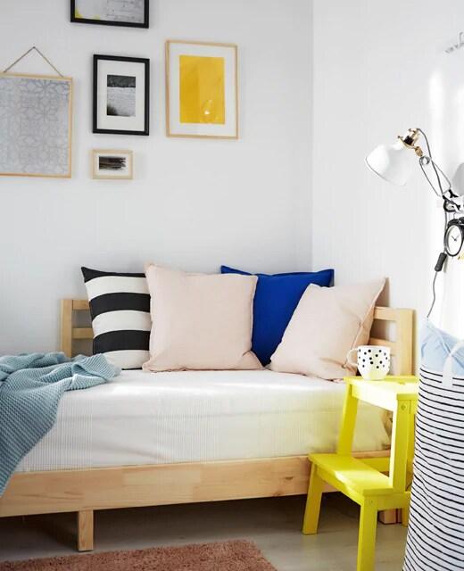 Кушетка идеально подходит для комнаты, которая ночью служит спальней.