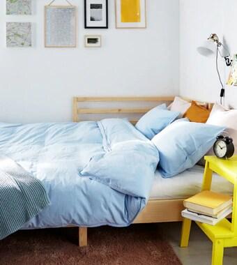 Кушетка - идеальное решение для небольшого помещения. Просто разложите ее, чтобы получилась двуспальная кровать.
