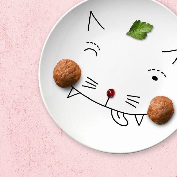 Kuvitettu kissan naama lautasella, lasten lihapullat kissan poskina