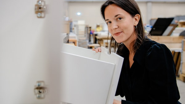 Kvinna tittar på IKEA möbel