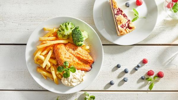 Kycklingfilé med frasiga pommes och härlig parmesansås och en blåbär- och halloncheesecake till dessert.