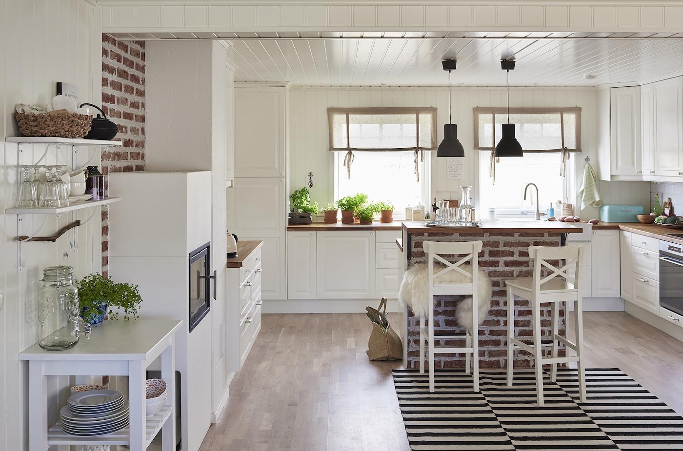 La amplia cocina comedor de planta abierta desprende calidez.