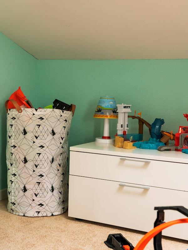 La cassettiera e i cesti IKEA fanno ordine nella cameretta dei bambini.
