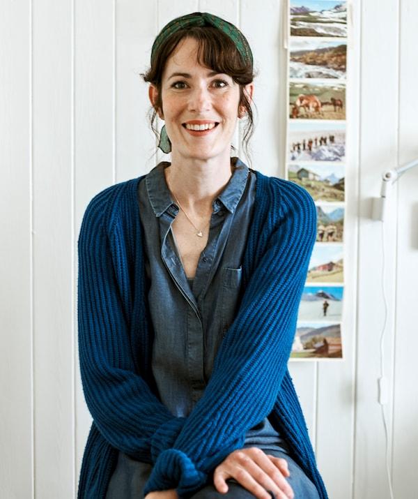 La céramiste Rena dans sa maison de ferme de style scandinave.