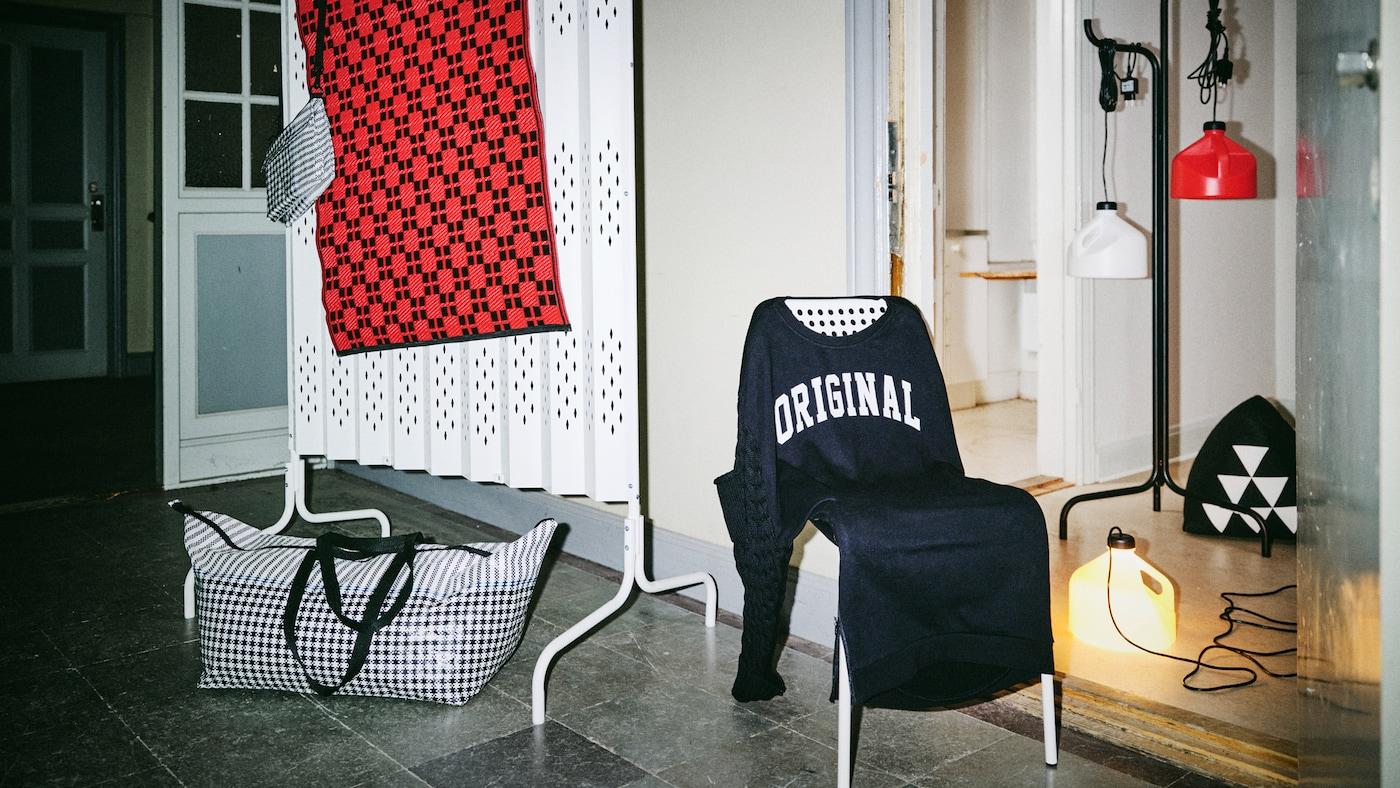 La collection SAMMANKOPPLA est exposée dans un hall d'entrée éclairé uniquement par le flash de l'appareil photo et une des lampes de la collection.