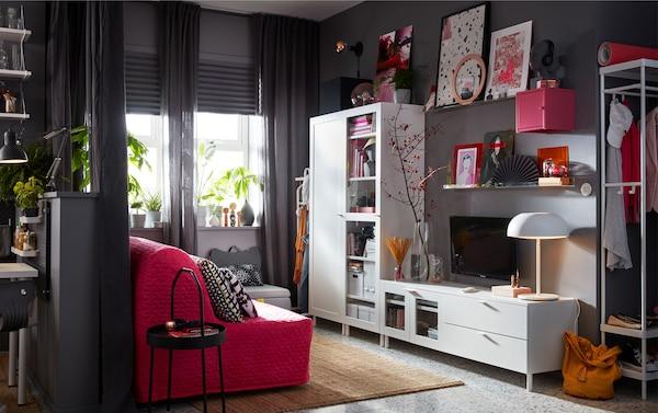 La combinaison de rangement multimédia IKEA PLATSA en blanc est une solution modulaire qui peut être configurée de différentes façons en fonction des besoins et de l'espace.