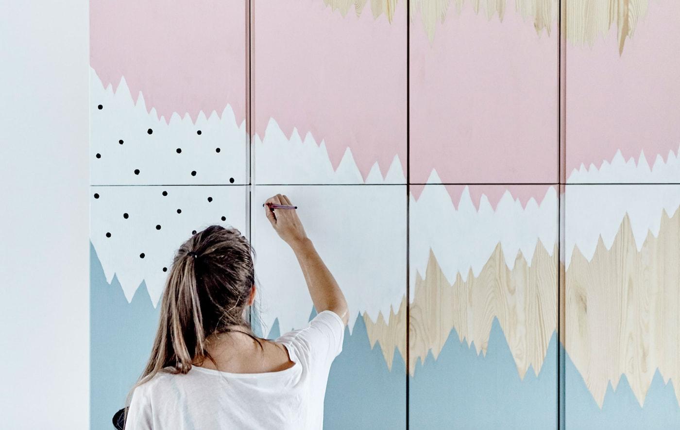 La décoratrice IKEA Therese peint une fresque sur le rangement IVAR
