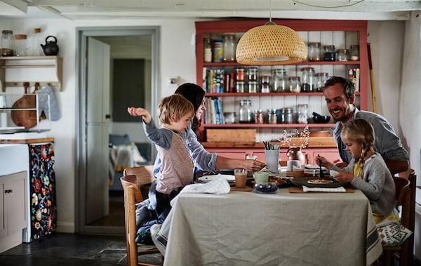 La famille de Rebecca en train de partager un repas à la table de la cuisine.