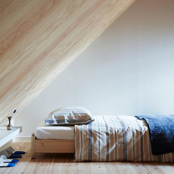 La funda nòrdica i de coixí SMALSTÄKRA està feta de cotó 100% amb un estampat de ratlles inspirat en l'estil de les cases de platja.
