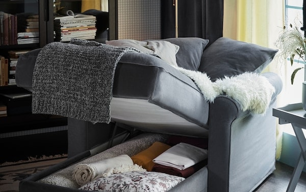La méridienne HÄRLANDA à rangement intégré reçoit couvertures, coussins et accessoires.
