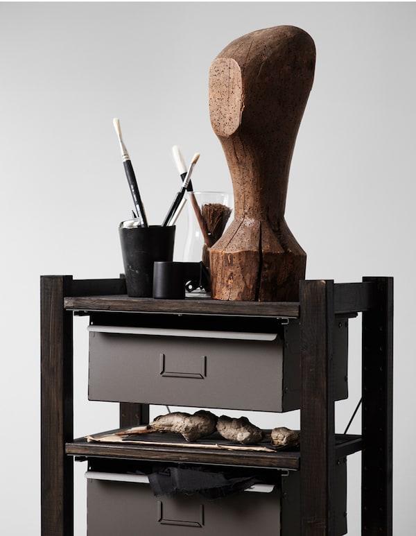 La petite étagère adopte un look élégant en noir, lasurée avec BEHANDLA lasure brillante, IVAR montant latéral, IVAR tablette et IVAR tiroir.