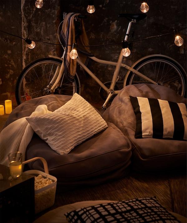 La poltrona sacco BUSSAN rende più confortevole qualsiasi spazio ed è facile da trasportare sul carrello della bici - IKEA