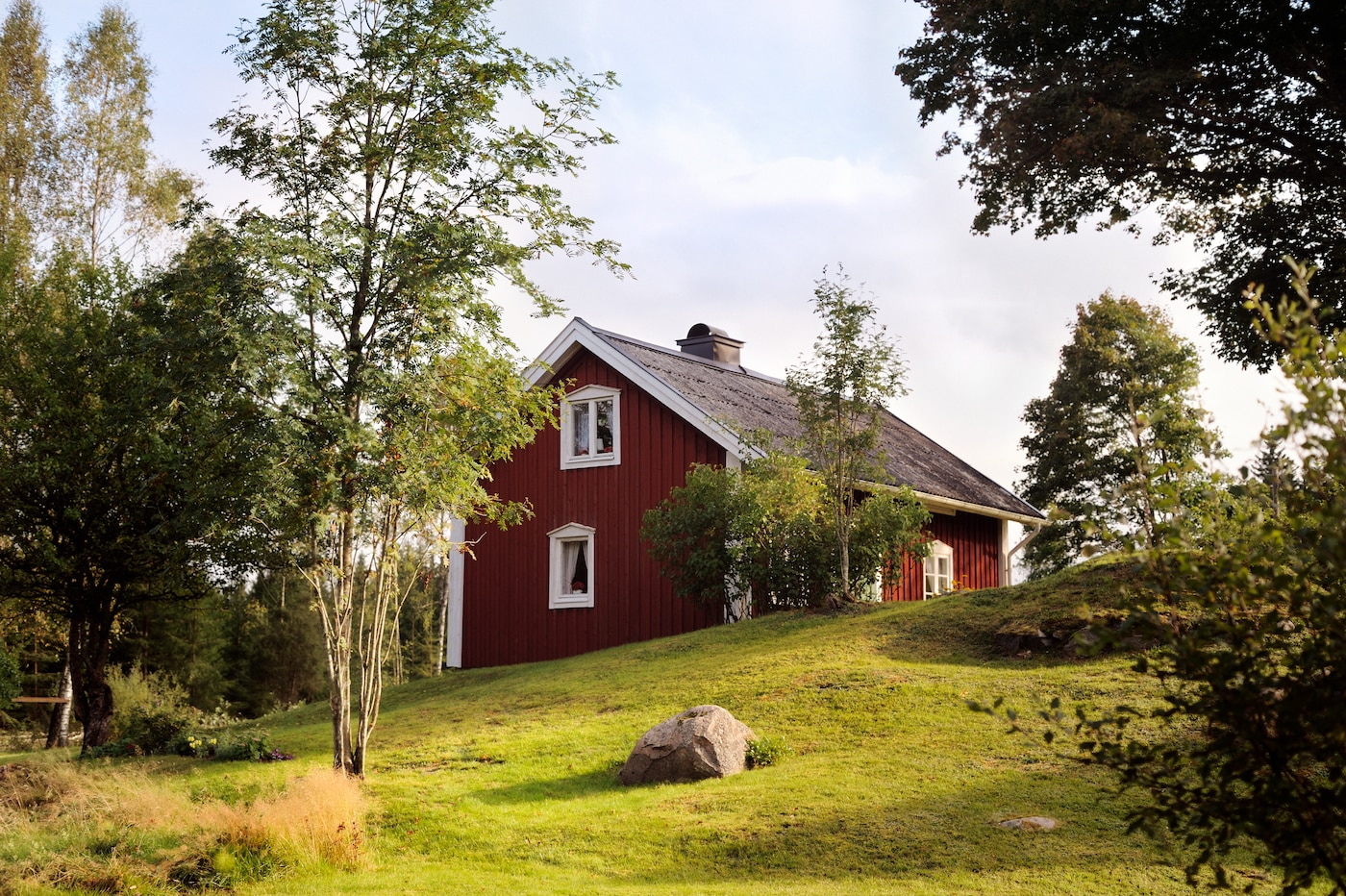 La sede de diseño de IKEA se encuentra en Småland, en medio de un hermoso paisaje con bosques, prados y lagos. Se ubica al sur de Suecia y aquí es donde comienza IKEA. Los inicios de la empresa.