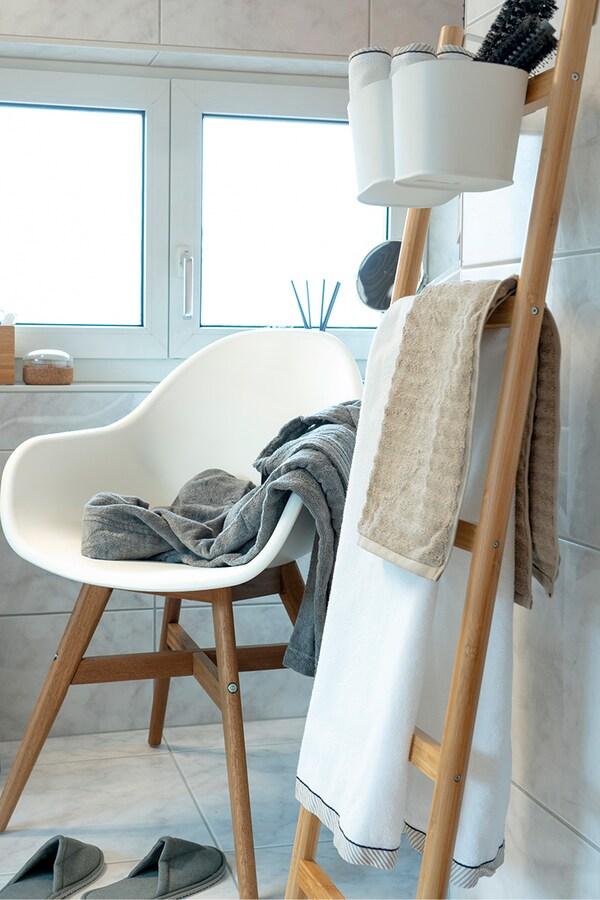La sedia IKEA e la scala IKEA nel bagno assicurano ordine e comfort.