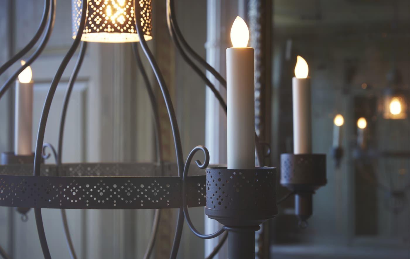 Lähikuva kattokruunusta led-kynttilöillä.