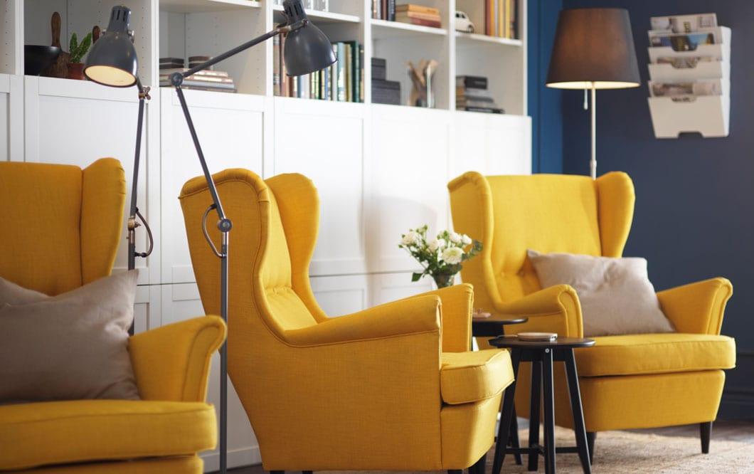 Lämpimästi tervetuloa! Kodikas hotellin aulan sisustus syntyy pehmeillä ja mukavilla kalusteilla. IKEA STRANDMON keltainen lepotuoli. IKEA ARÖD harmaa lukulamppu, harmaa lattiavalaisin.