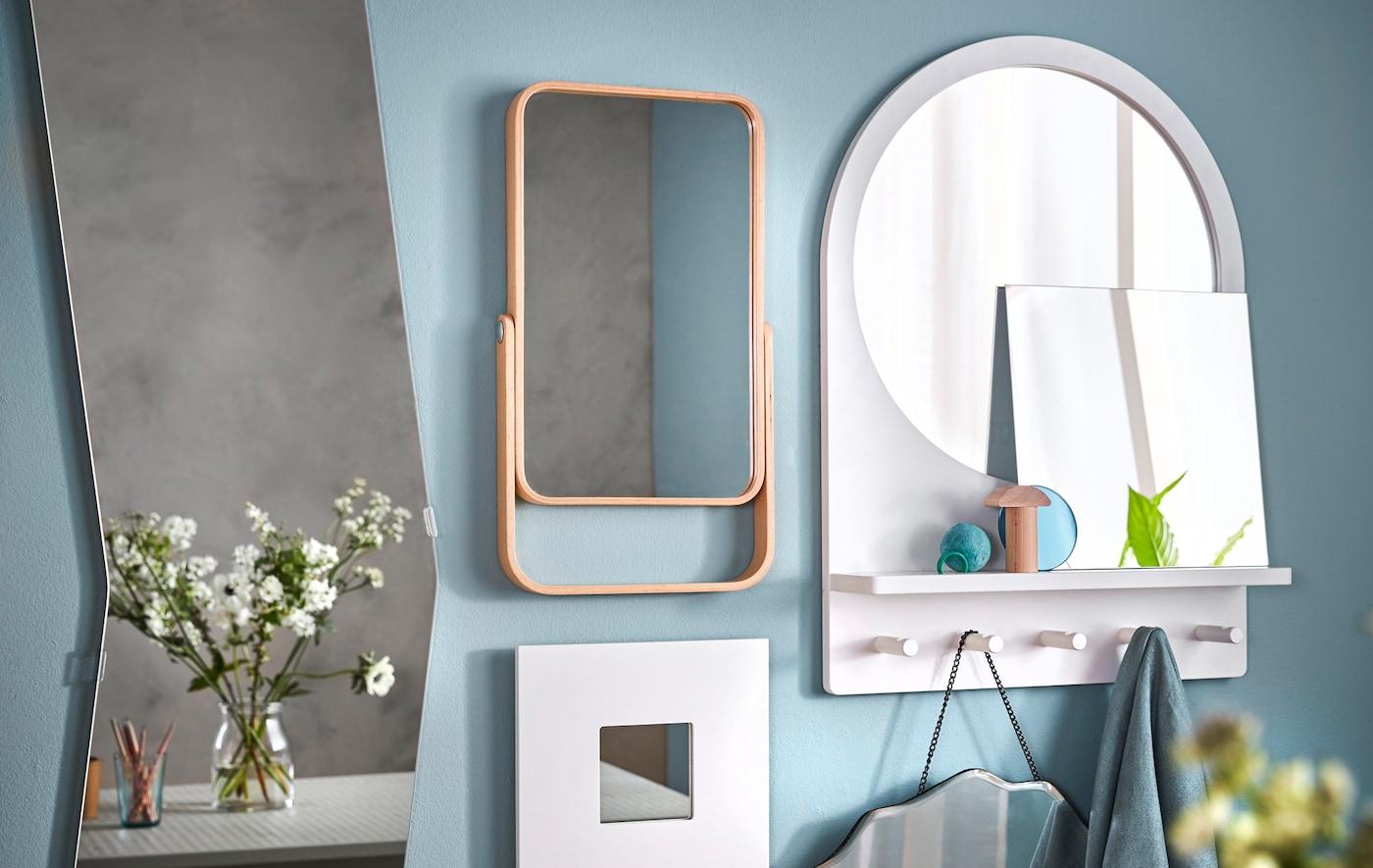 Laita monta peiliä seinälle kollaasiksi! Valkoinen IKEA MALMA -peili ripustetaan seinälle kiinnikkeillä.