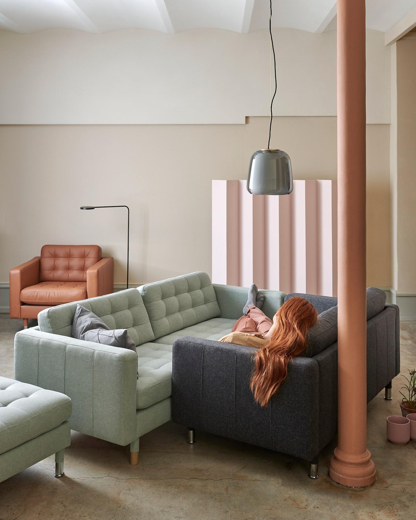 LANDSKRONA-sohvaan on nyt saatavana kolme uutta päällistä: tummanharmaa ja vaaleanvihreä kangaspäällinen sekä kullanruskea nahkapäällinen. Sohva edustaa tyyliltään 60-lukua.