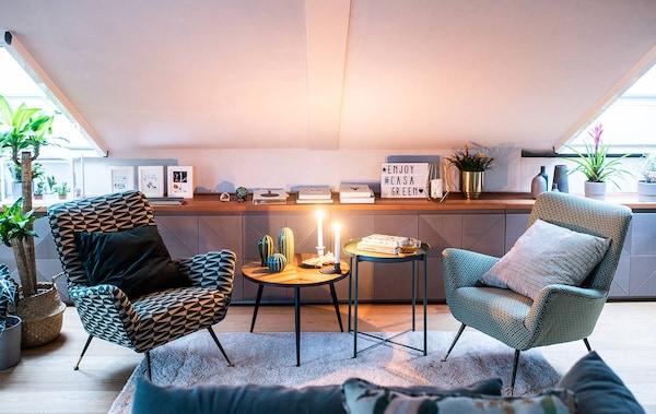 L'angolo del soggiorno con le poltroncine vintage e diversi oggetti di decorazione vecchi e nuovi appoggiati sul piano. Tavolino, tappeto e lampada IKEA.
