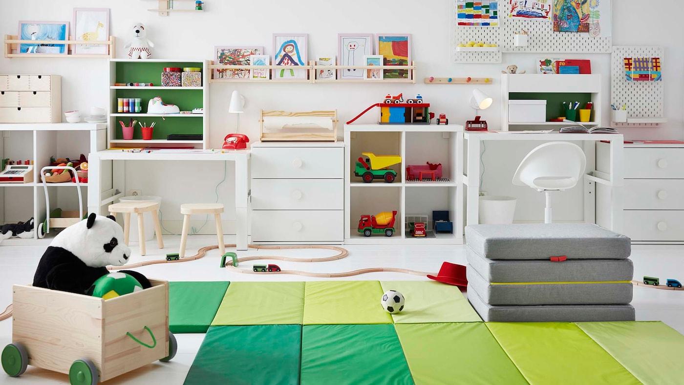Lapsen huoneeseen sijoitettu jumppamatto tasapainottaa leikkiä ja oppimista.