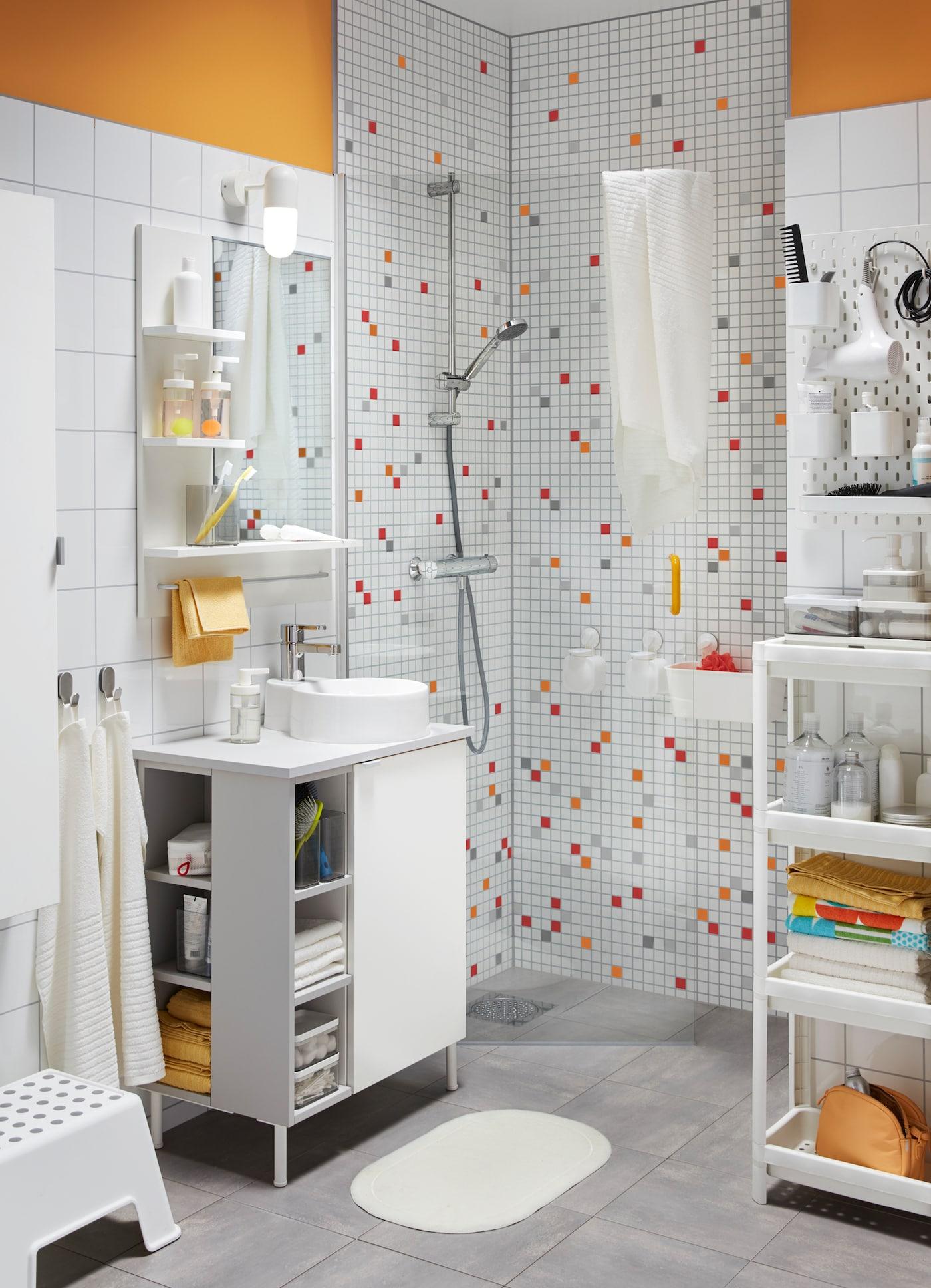Lapset ja heidän kaverinsa pitävät pienestä ja värikkäästä kylpyhuoneesta. IKEA LILLÅNGEN kylpyhuonekalusteet, käytännöllinen SKÅDIS säilytystaulu ja STUGVIK imukuppikoukut, jotka eivät vaadi poraamista.