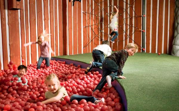 Lapsia leikkimässä SMÅLAND-leikkihuoneen pallomeressä.