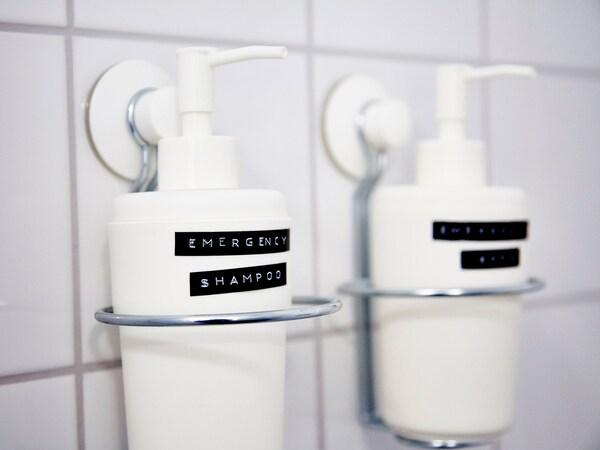 «Larrialdietarako xanpua» etiketan idatzita duen IKEA ENUDDEN xaboi-dosifikagailua.