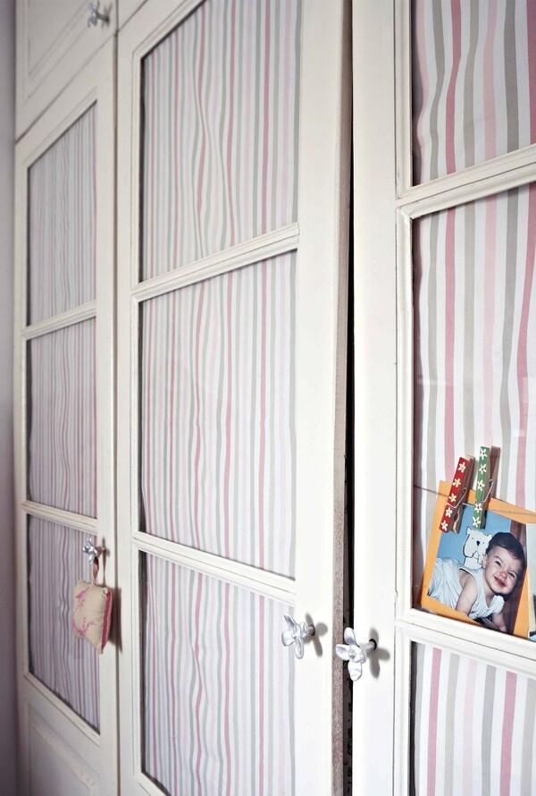 Las telas rotas colgadas en las puertas de un armario de cristal se utilizan para esconder la ropa.