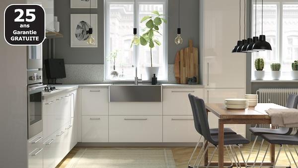 L'assortiment cuisines IKEA comprend des articles au design moderne, comme l'évier épuré BREDSJÖN en acier inoxydable, ou encore le robinet de cuisine TÄMNAREN avec détecteur de mouvement.