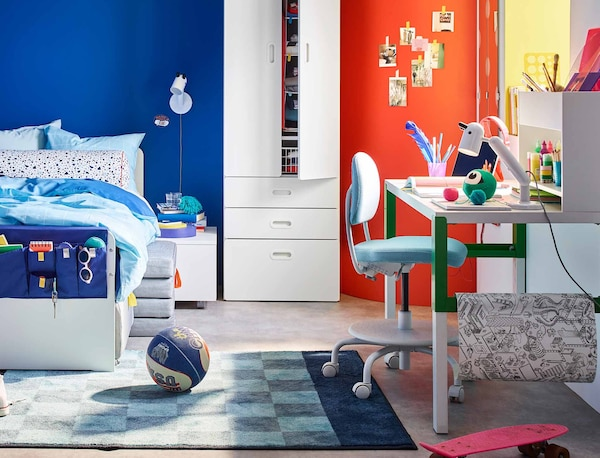 Lasten huone, jossa on lapselle sopivaksi säädettävä työpiste. Selä PÅHL työpöytä että VIMUND lasten työtuoli kasvavat lapsen mukana.